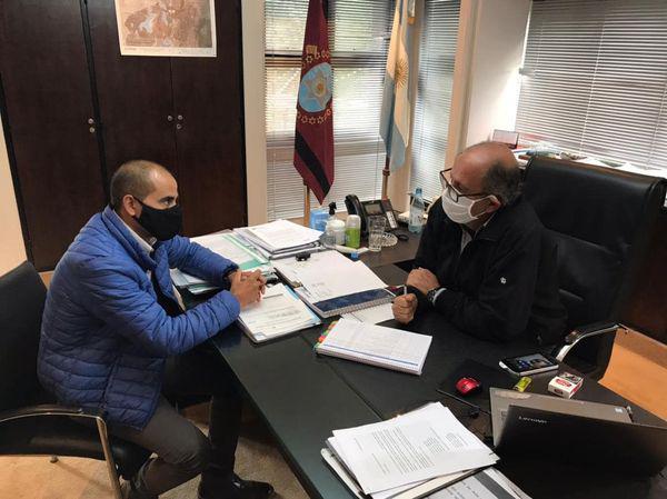 Sergio Saldaño hablando de obras con el ministro Camacho