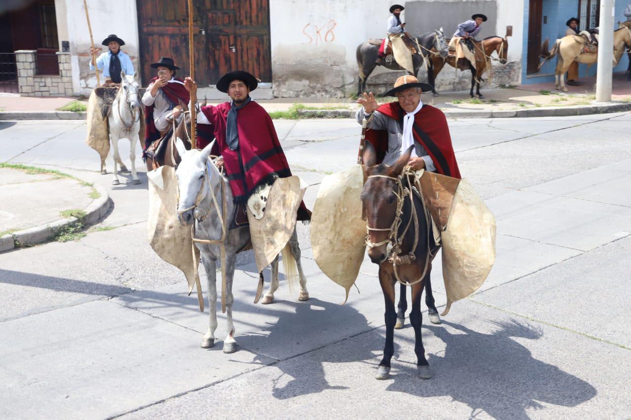 Gauchos saludan en Campo Quijano