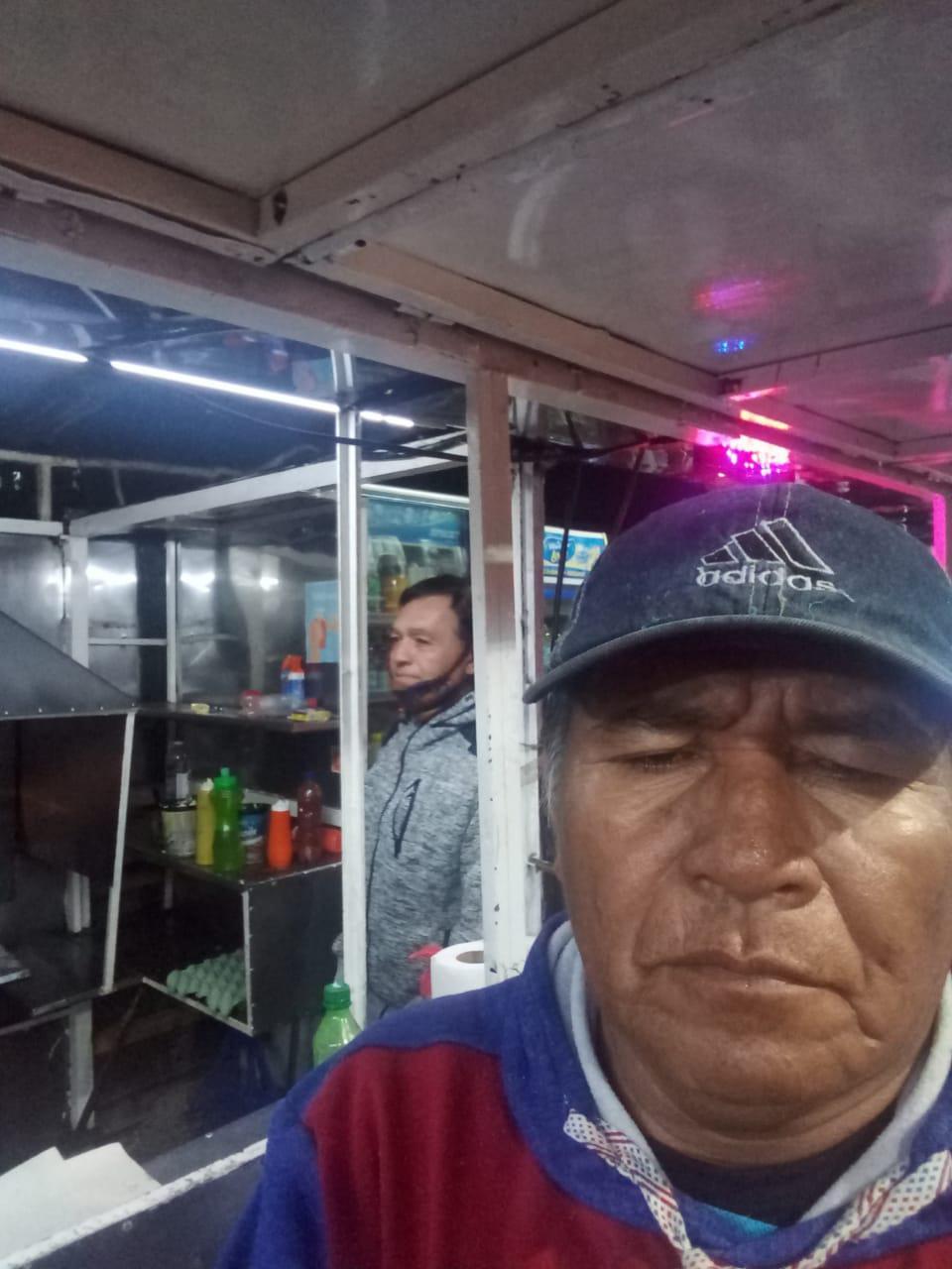 Gervasio Barbieri comprando sandwich en un quiosco
