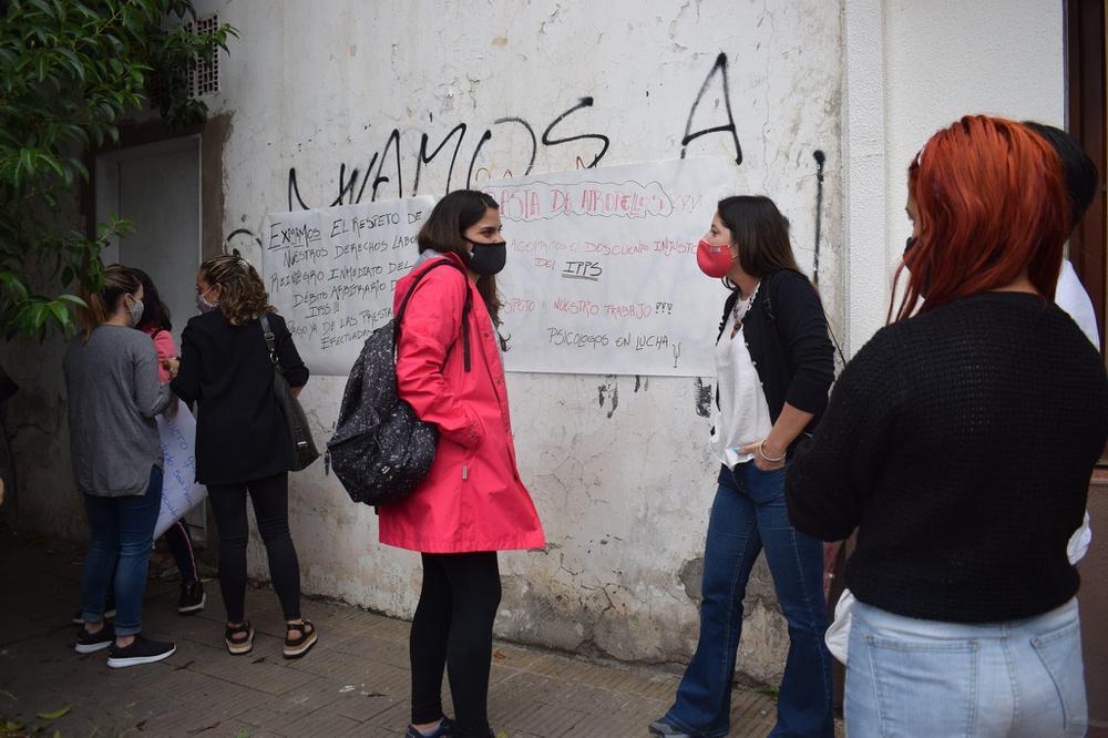 Ivana Vaca habla con sus colegas