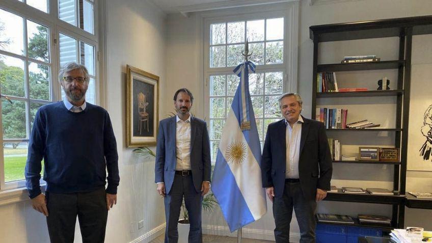 El presidente Alberto Fernández junto al investigador principal del estudio en el país, Fernando Polack, y a Nicolás Vaq