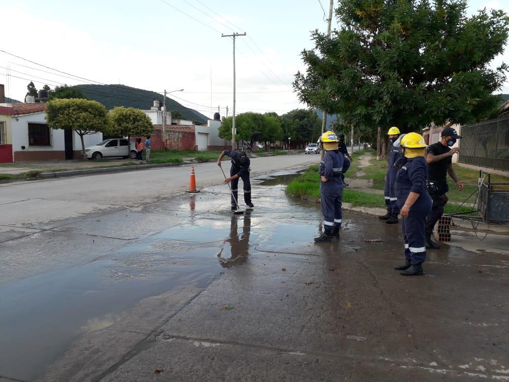 VILLA MITRE trata de limpiar el agua que se acumula en las calles