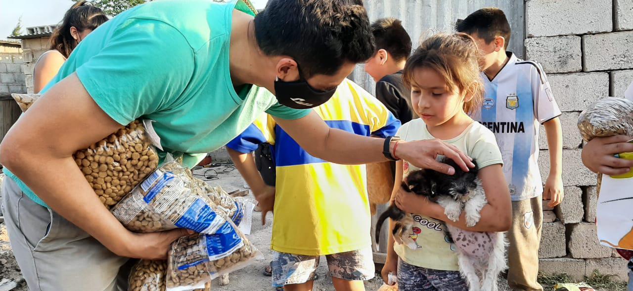 Iñigo reparte alimentos para perros en los barrios 002