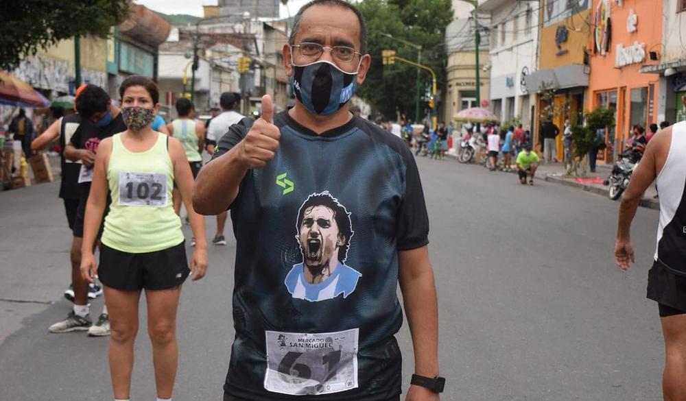 Profe Gramajo periodista deportivo con Milito en el pecho