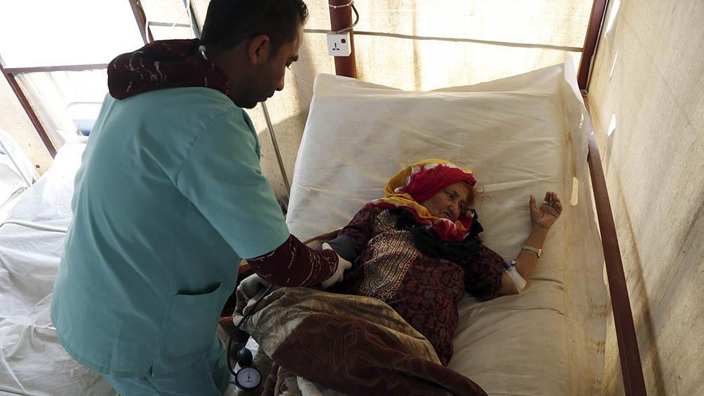 Cólera sigue haciendo estragos- mujer enferme en Yemen